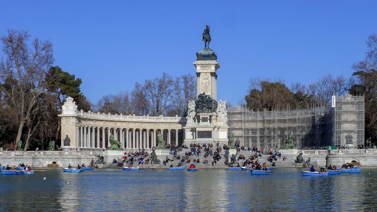 Monumento a Alfonso XII de España im Parque del Retiro ist eine der beliebtesten Sehenswürdigkeiten in Madrid