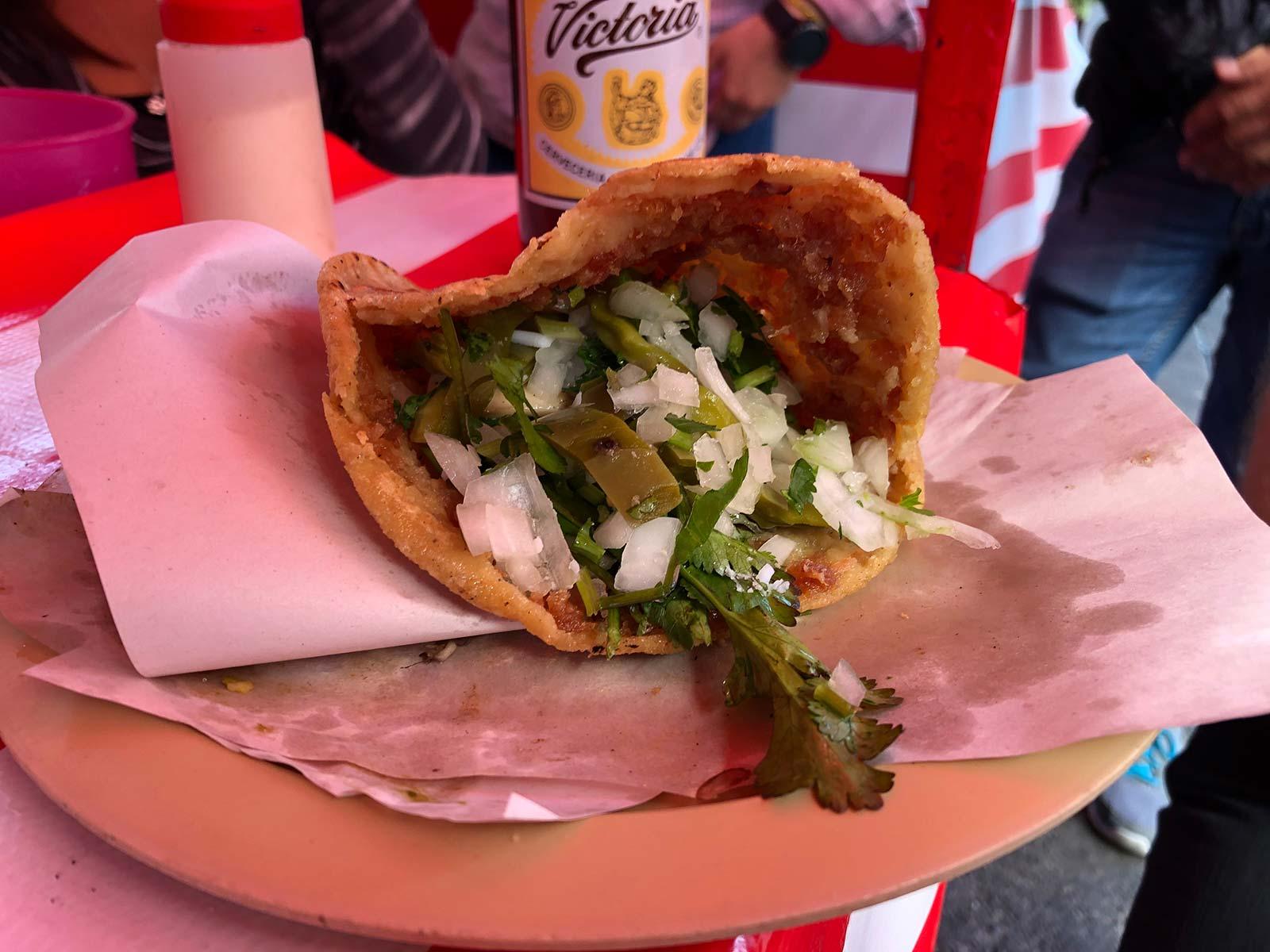 Taco mit Zwiebel und Kaktusblättern